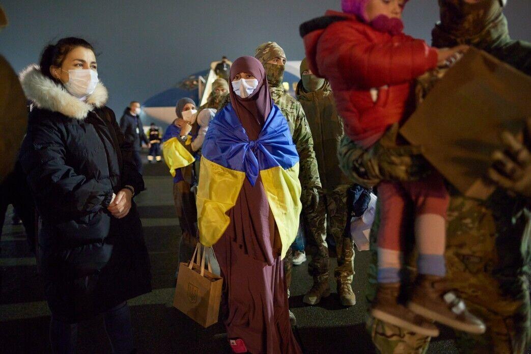 Эвакуированных приветствовали на украинской земле