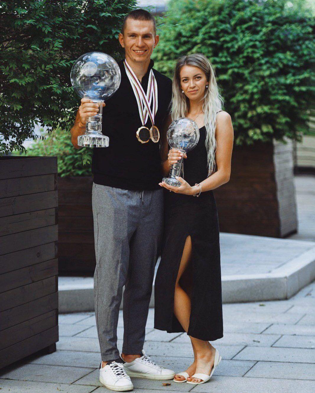 Ганна Жеребят'єва і Олександр Большунов з його нагородами