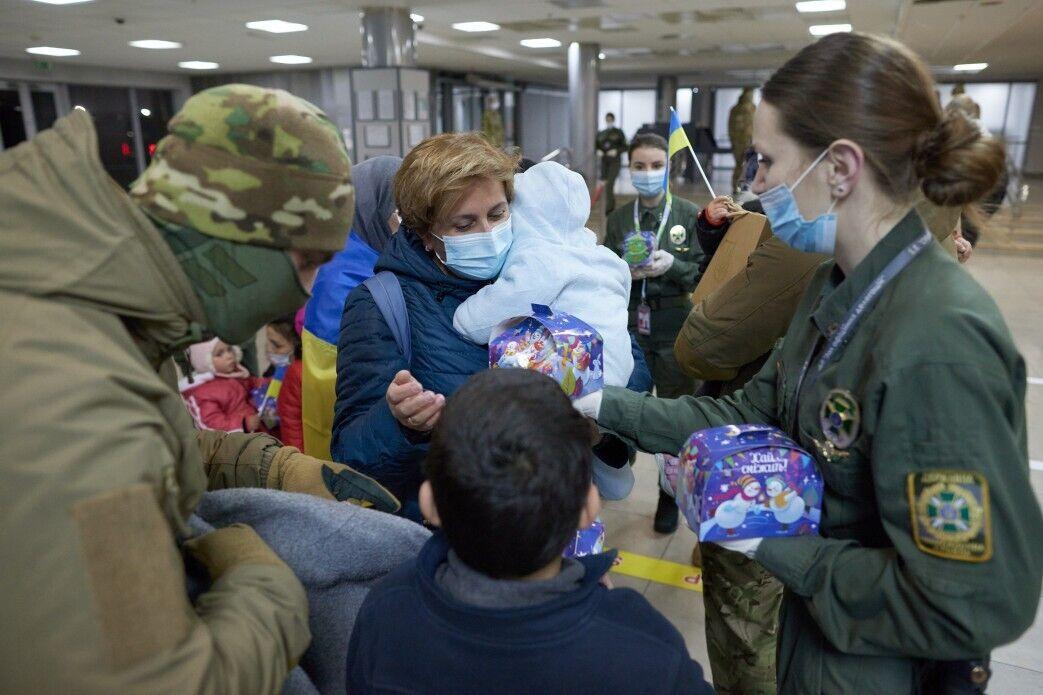 Украинцам помогали военные