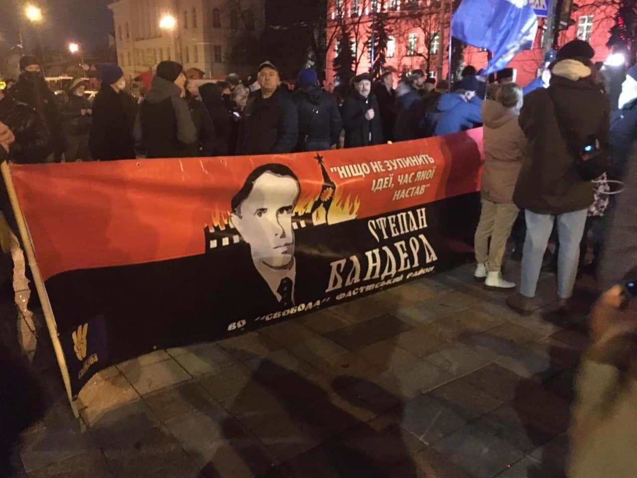 Активісти виготовили великий банер з Бандерою