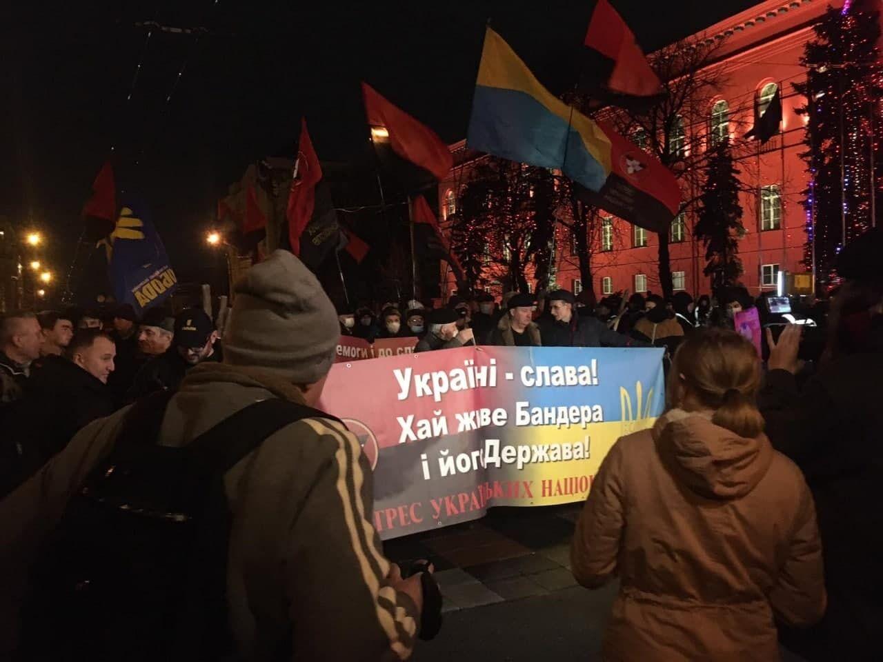 На марш принесли червоно-чорні прапори