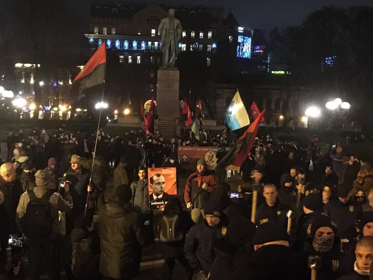 Учасники акції біля пам'ятника