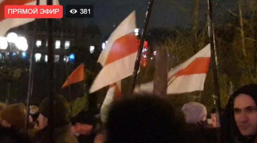 Учасники ходи з прапорами
