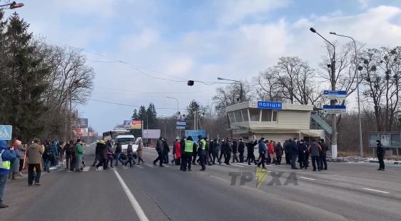 Люди перекрыли дорогу, требуя снижения тарифов