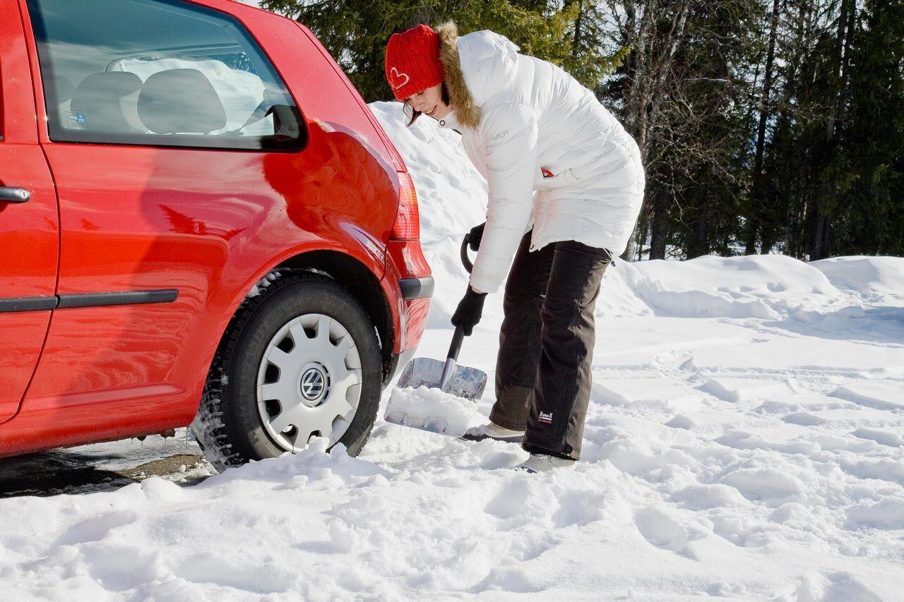 Лопата зимой может пригодиться