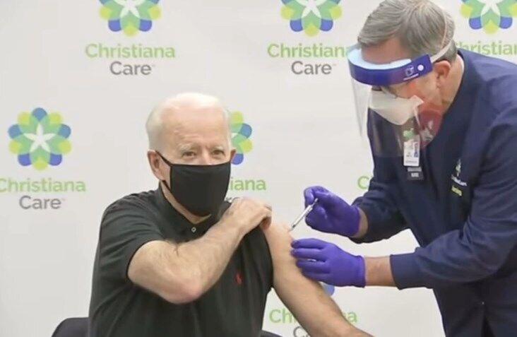 Байден отримав другу дозу вакцини від коронавірусу.