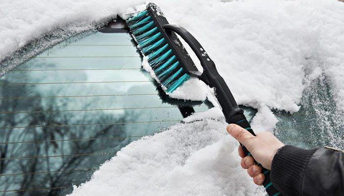 Без автомобильной щетки зимой не обойтись