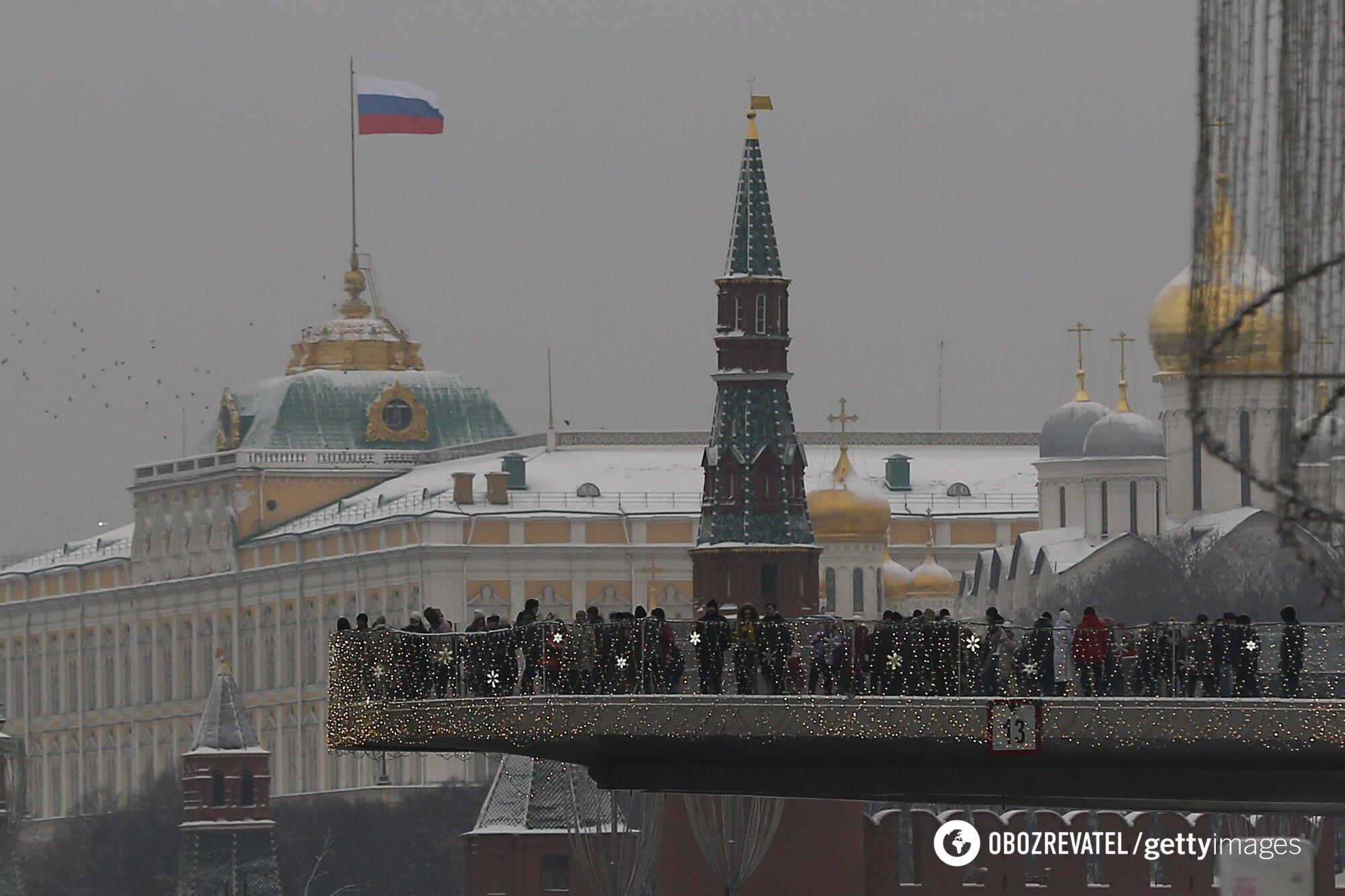 Російський журналіст Костянтин Еггерт вважає, що в Росії політичну вагу чиновника визначає його державна посада