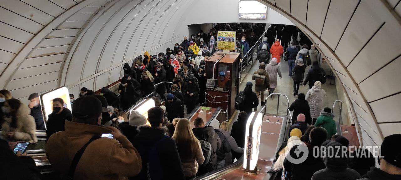 На эскалаторах много людей