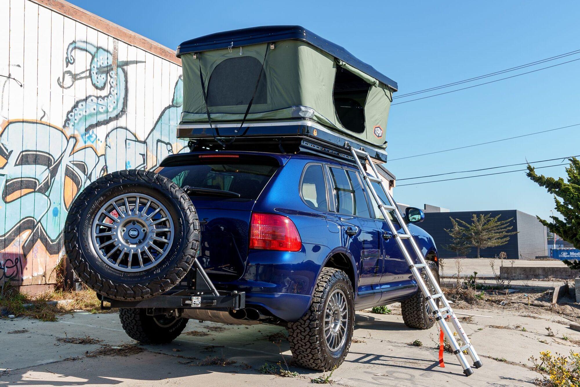 На даху встановили багажник-палатку Tepui HyBox