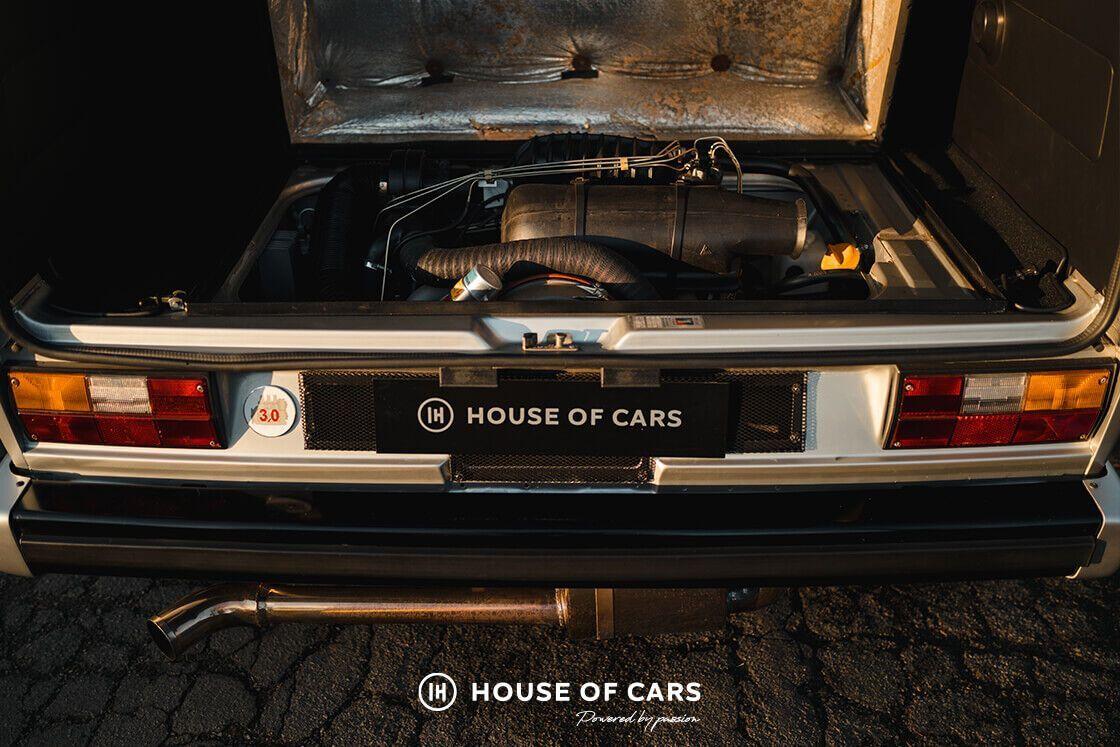 Вместо штатного мотора автомобиль получил 3-литровый оппозитный 204-сильный мотор от Porsche 911 3.0SC