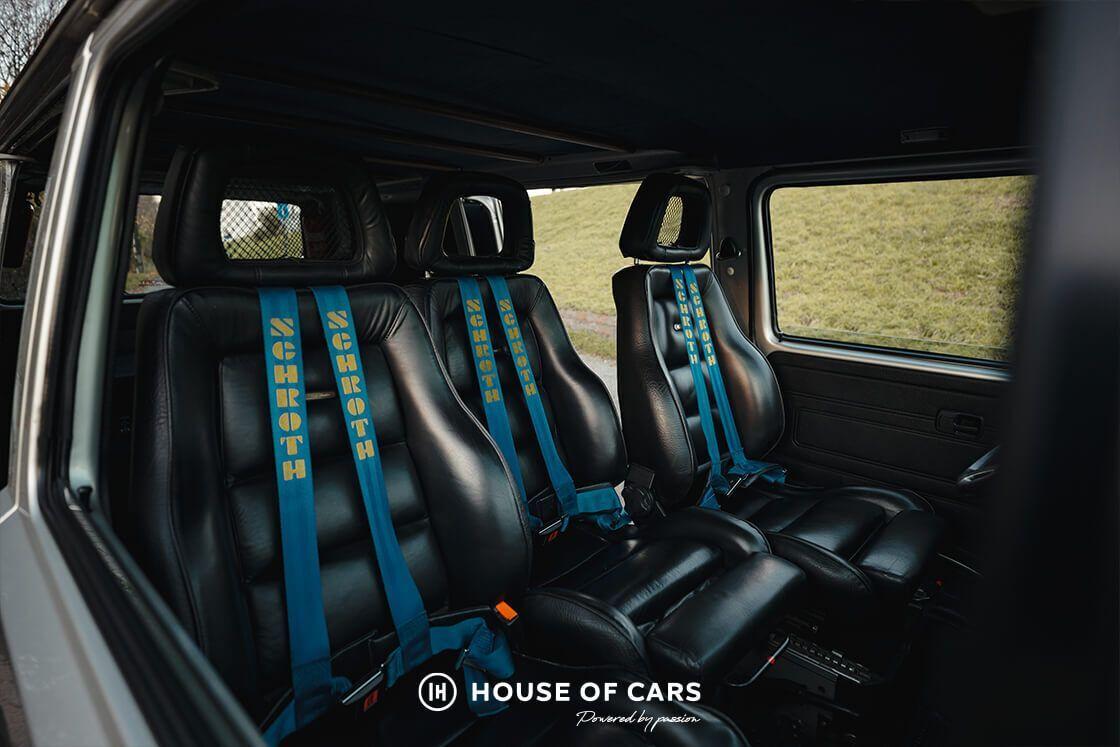 В салоне установлены 3 спортивных кресла с кожаной отделкой и спортивными ремнями безопасности Schroth