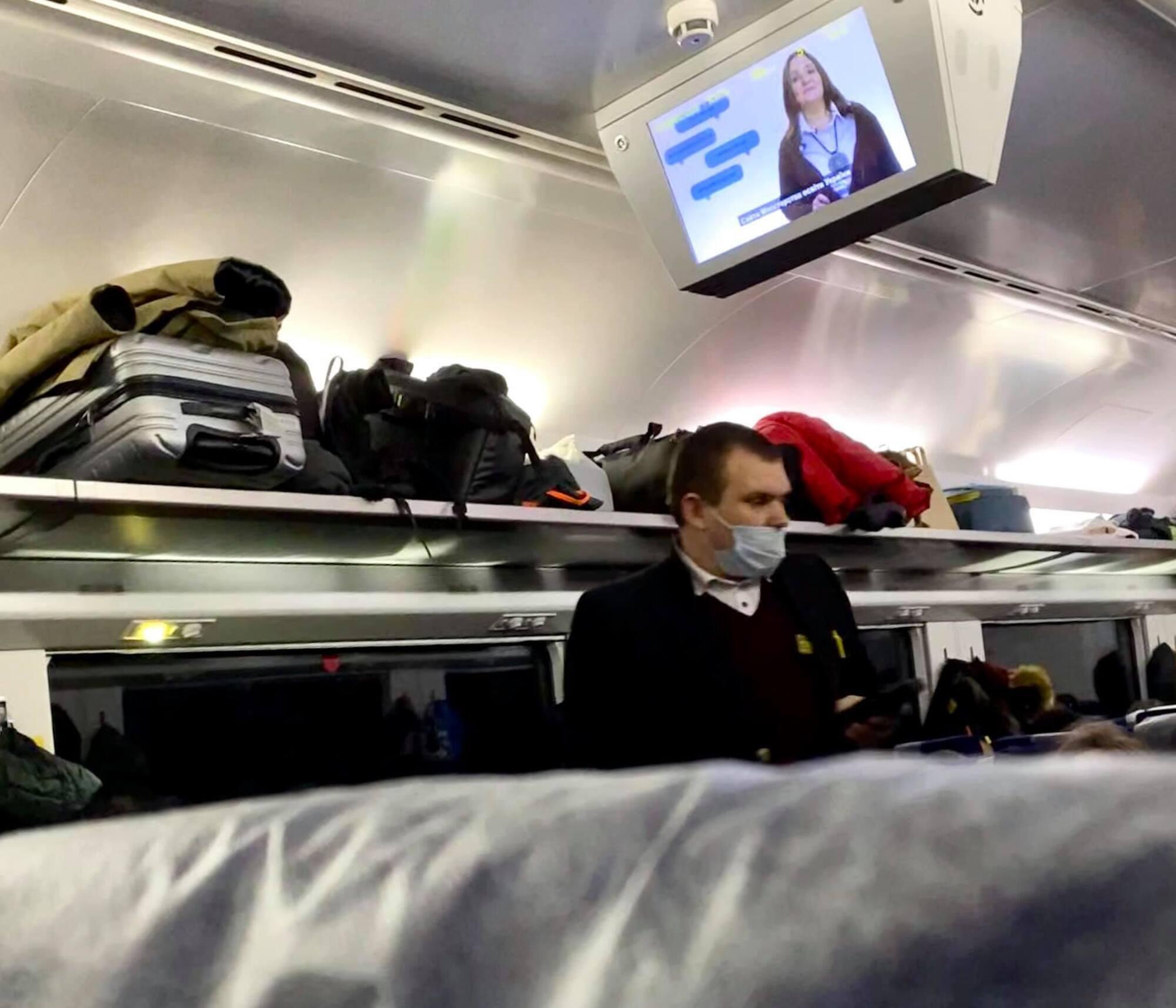 """В поезде """"Интерсити"""" пассажиры были без масок, а сотрудник отказывался делать им замечания"""
