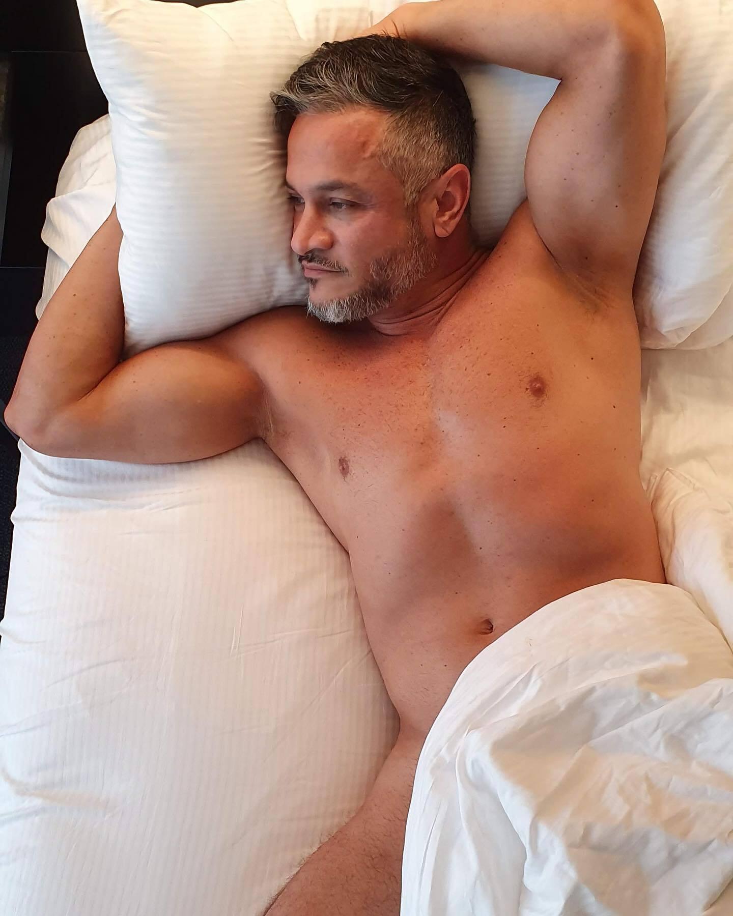 Эктор Хименес-Браво лежит голый в постели