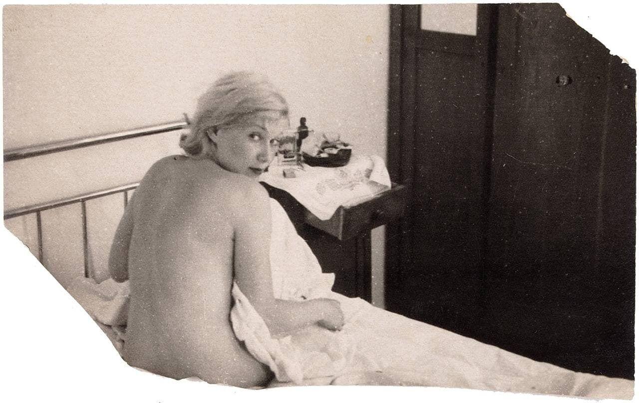 Любовь Орлова обнаженная на кровати