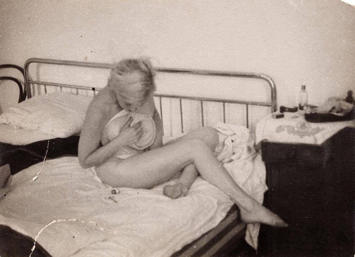 Любовь Орлова сидит на кровати полностью обнаженная