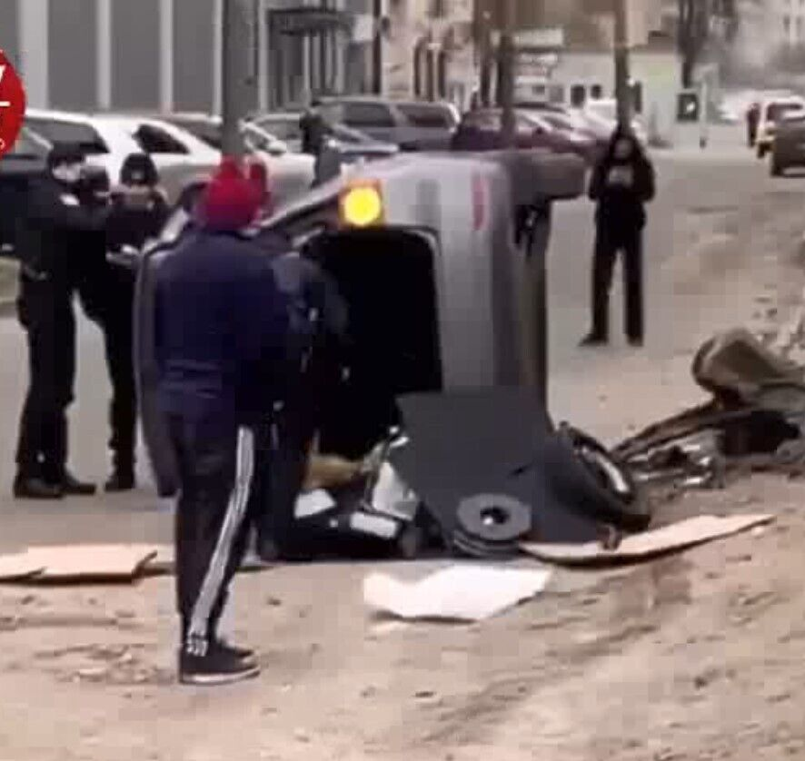 Одна из машин перевернулась.
