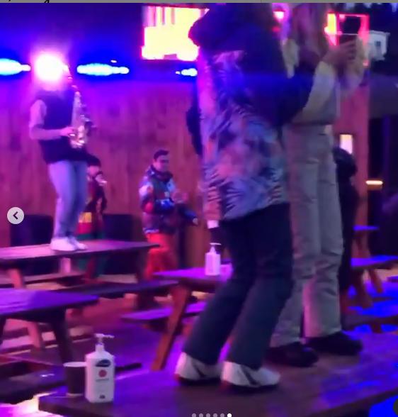Одна з розваг в місцевому барі – пострибати на столах