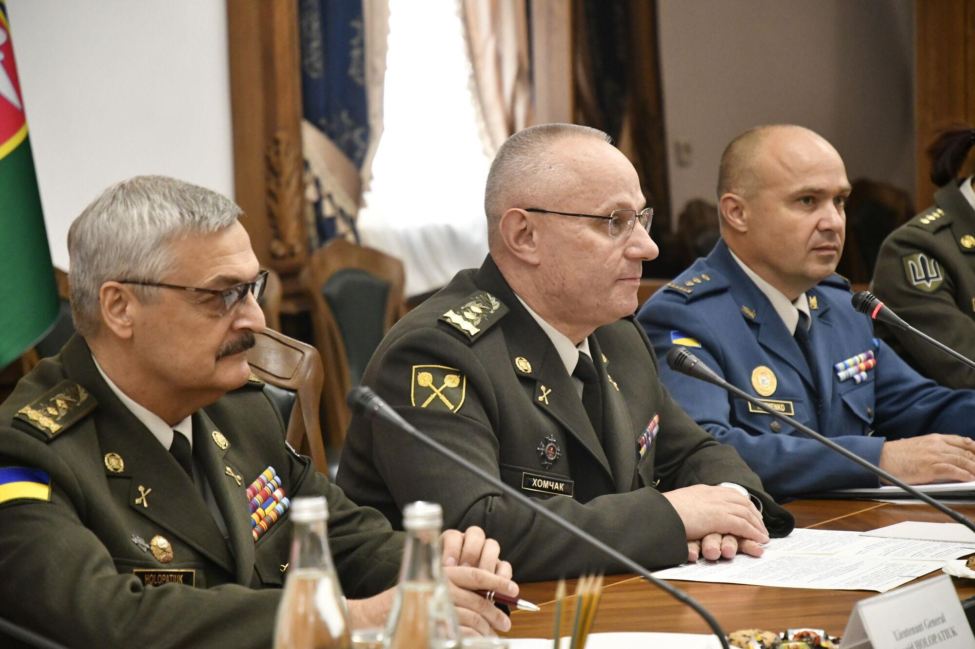Головнокомандувач Збройних Сил України генерал-полковник Руслан Хомчак під час офіційної зустрічі з іноземною делегацією в Генеральному штабі ЗСУ