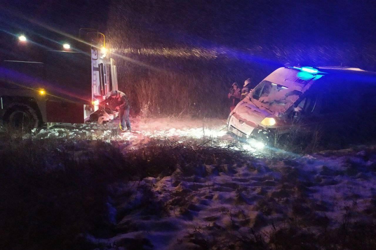 Авто швидкої допомоги потрапило у кювет
