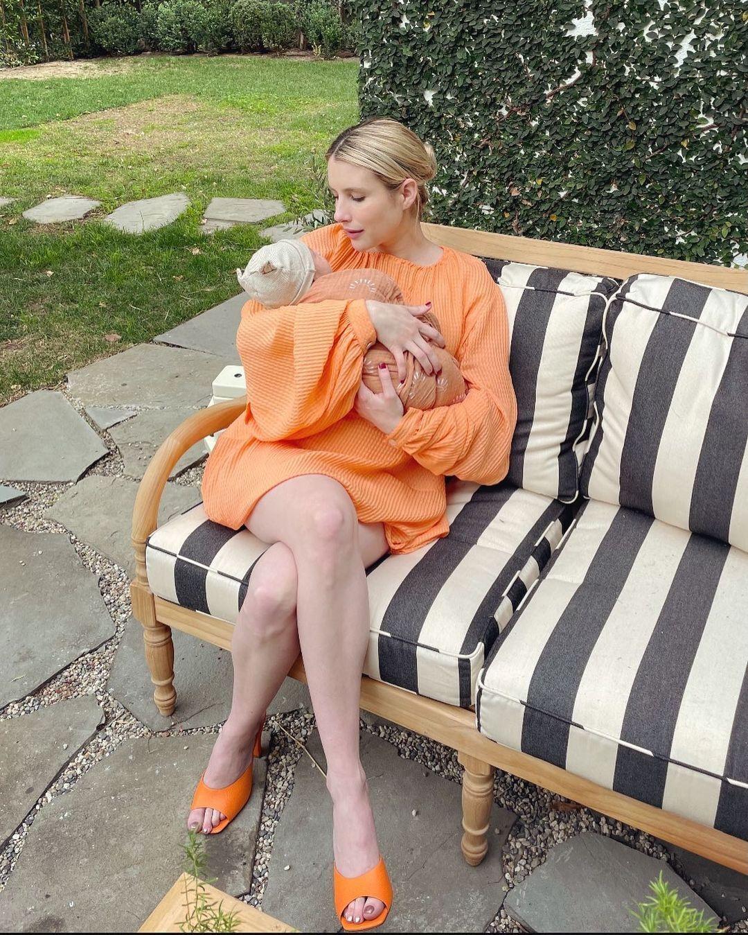 Эмма Робертс позирует со своим сыном