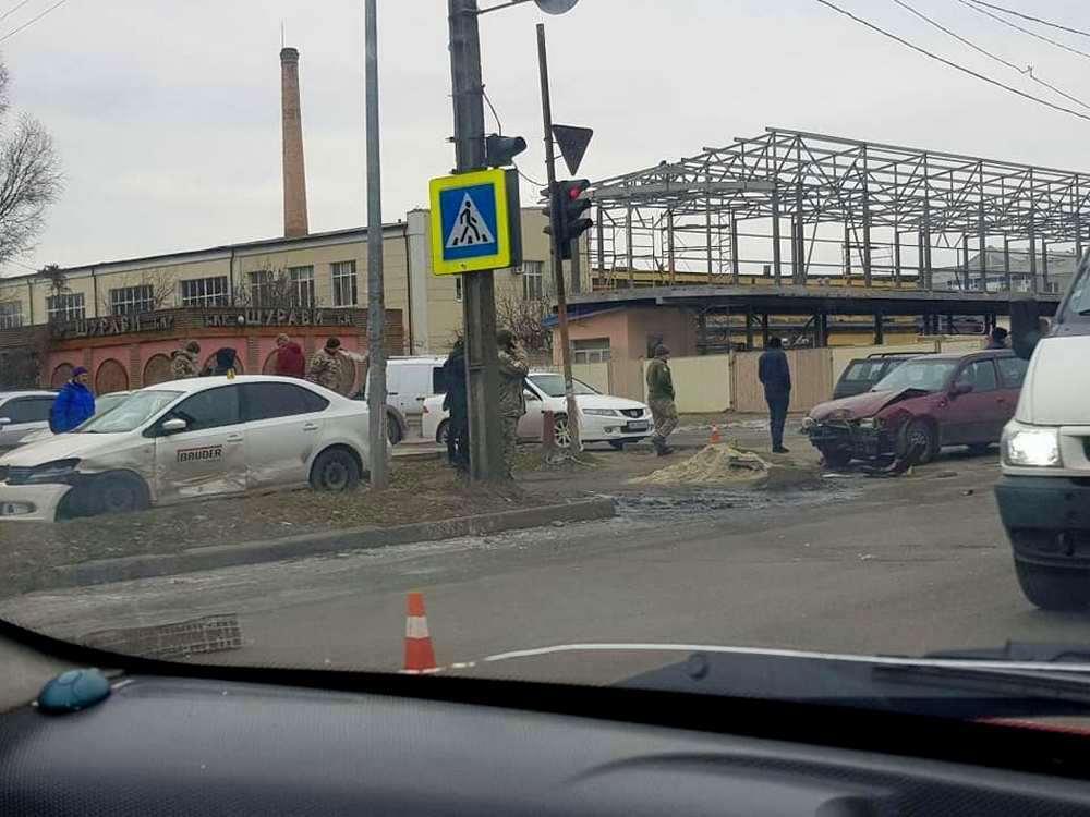 Авто столкнулись возле людей