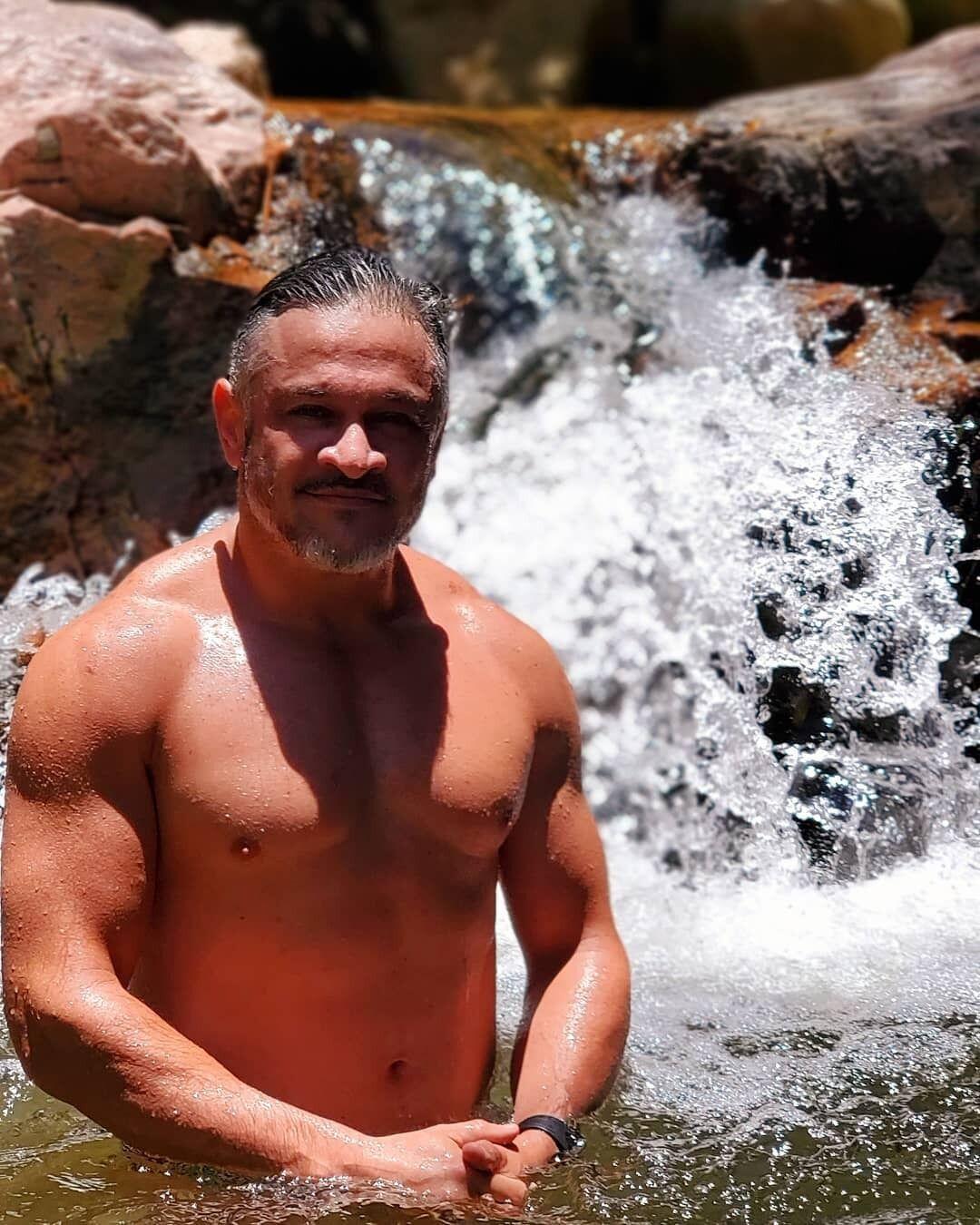 Хименес-Браво показал свой голый торс