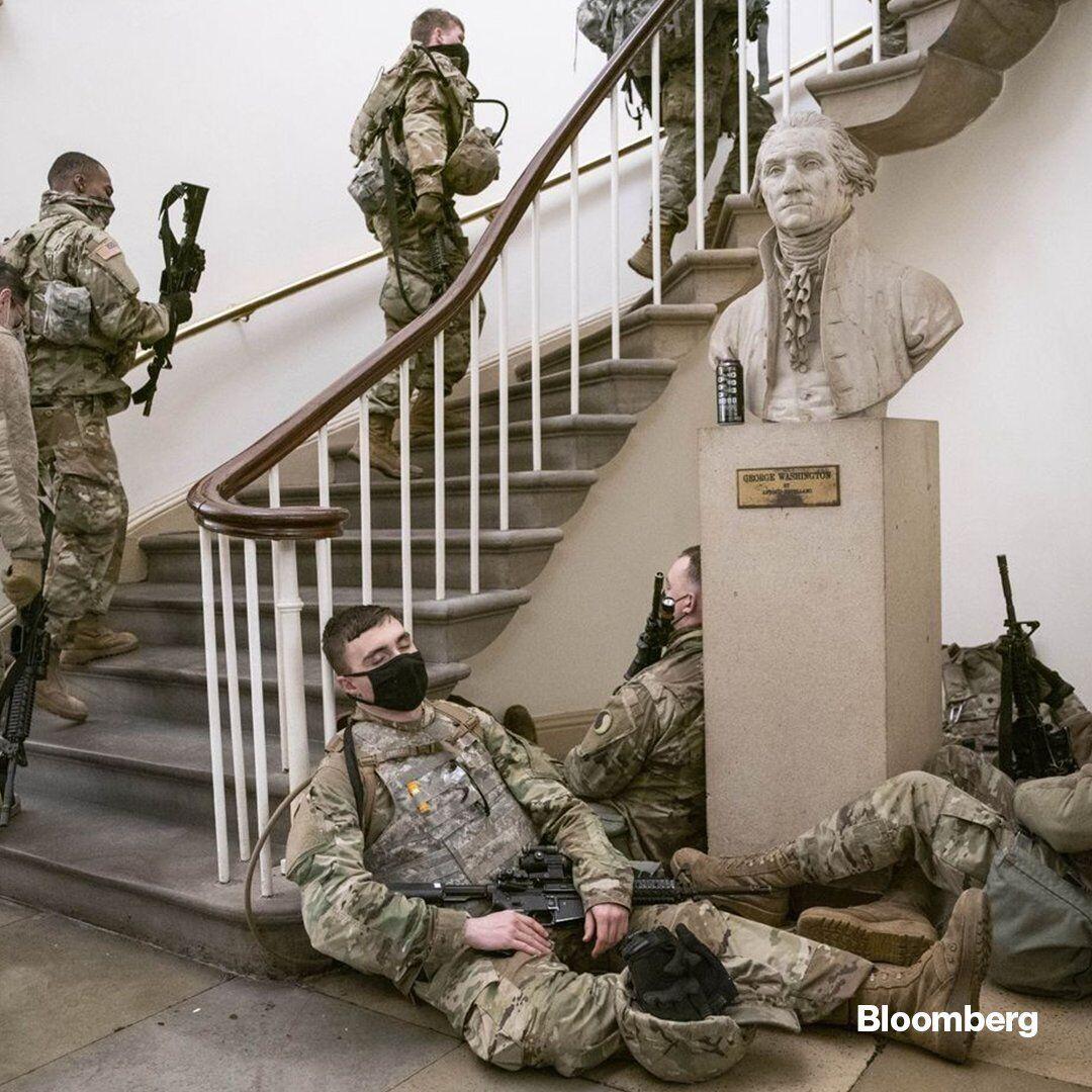 Вооруженные люди на лестнице и под ней