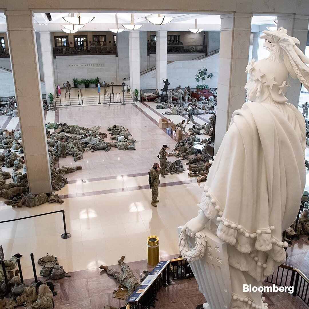 Бойцы заполонили холл Капитолия