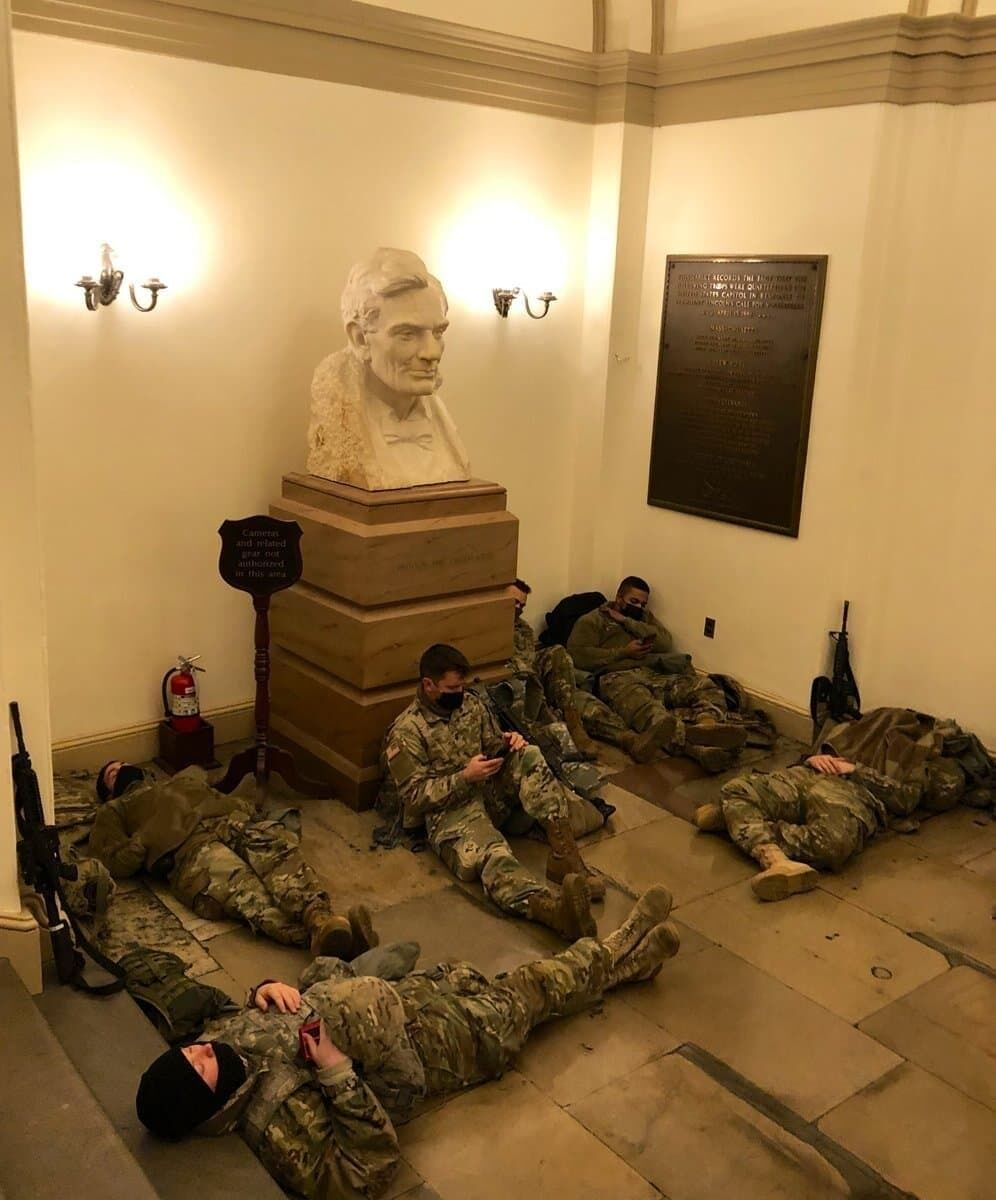 Вооруженные нацгвардейцы расположились в Капитолии
