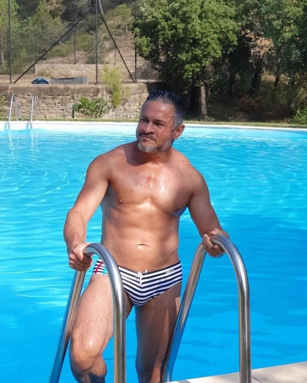Эктор Хименес-Браво на фоне бассейна