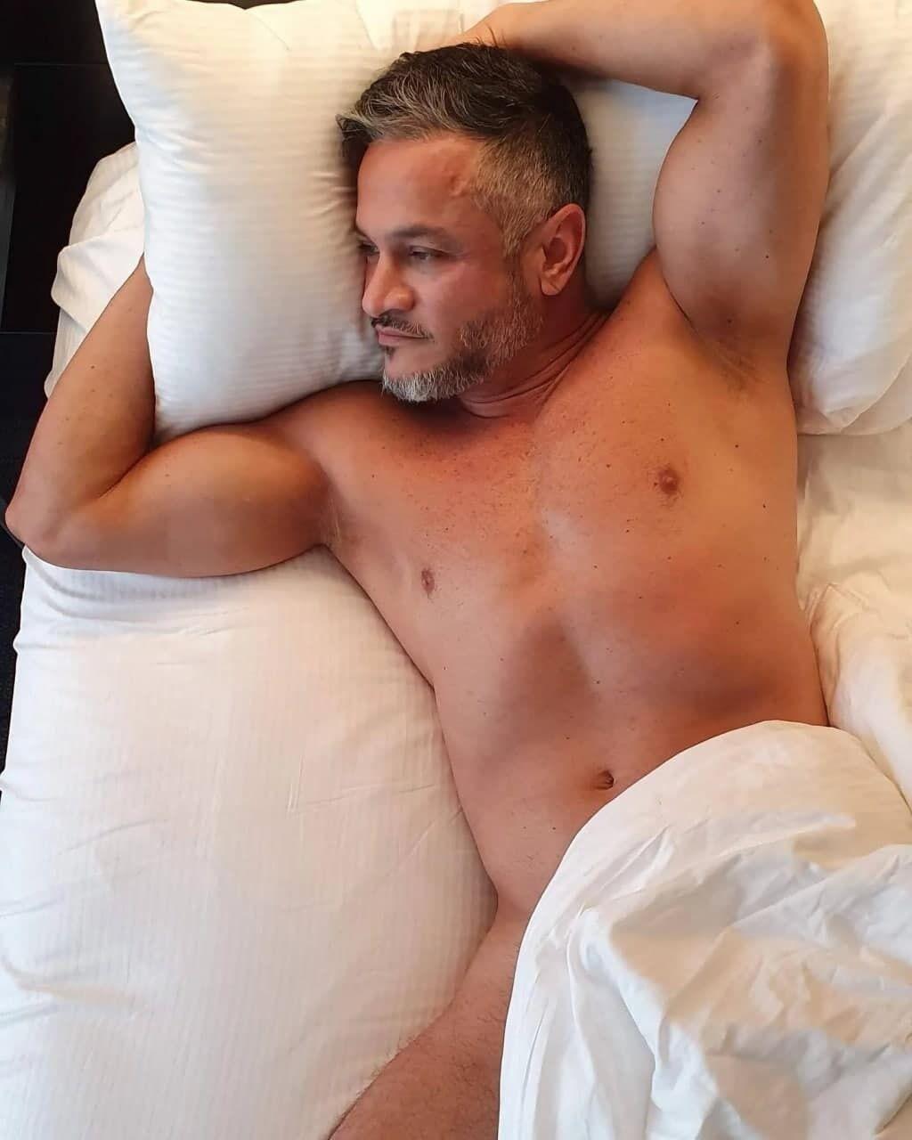 Хименес-Браво лежит в постели полностью обнаженный