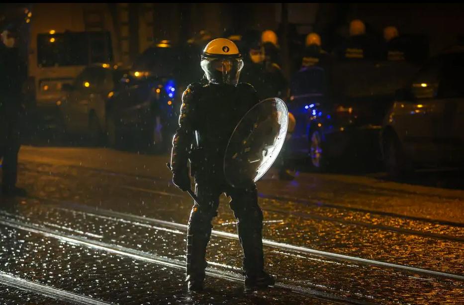 Силовик на улице во время беспорядков