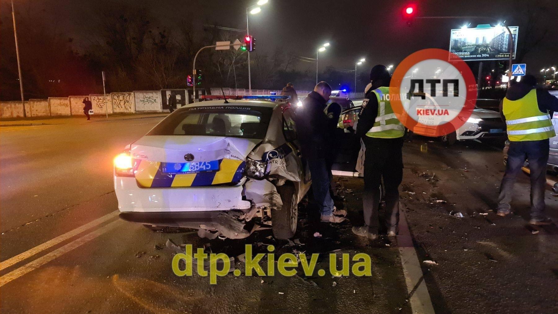 Водитель врезалась в авто полиции, которое ехало впереди