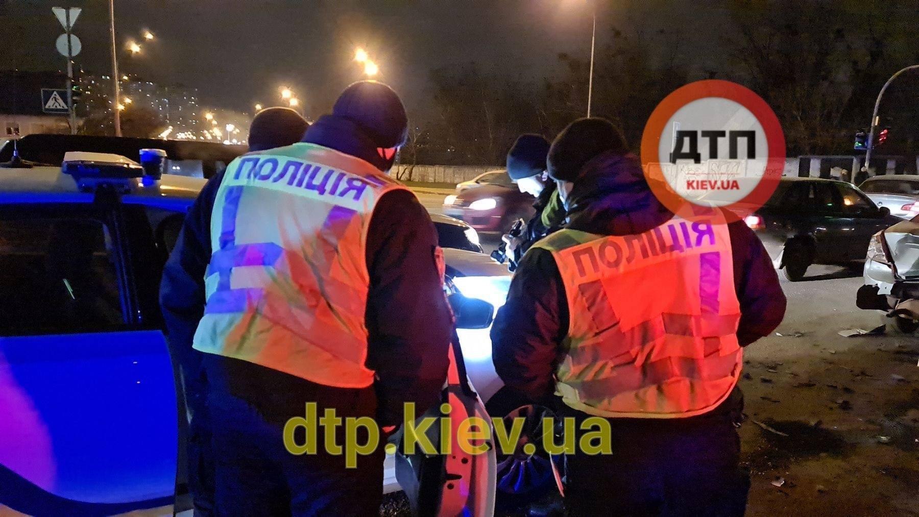 Полицейские оформляют ДТП