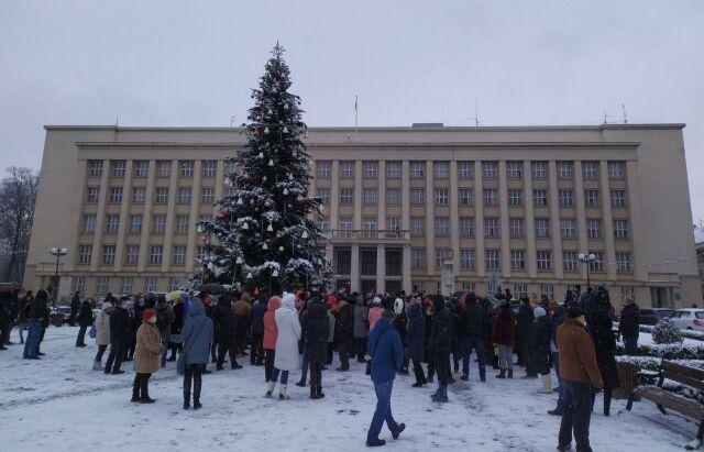 В Ужгороде к ОГА пришла толпа протестующих