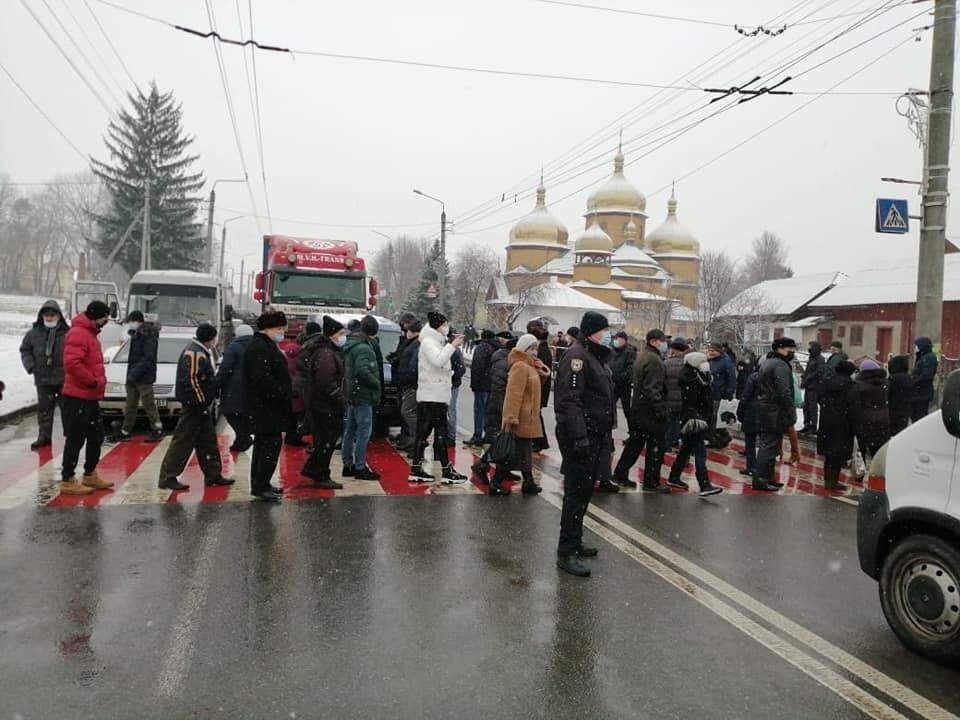 Люди перекрывали дорогу в селе Ямница