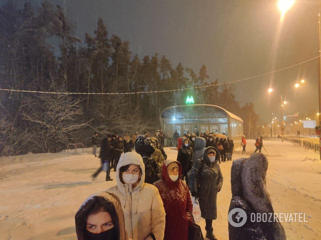 """Очередь на автобус возле метро """"Красный хутор""""."""