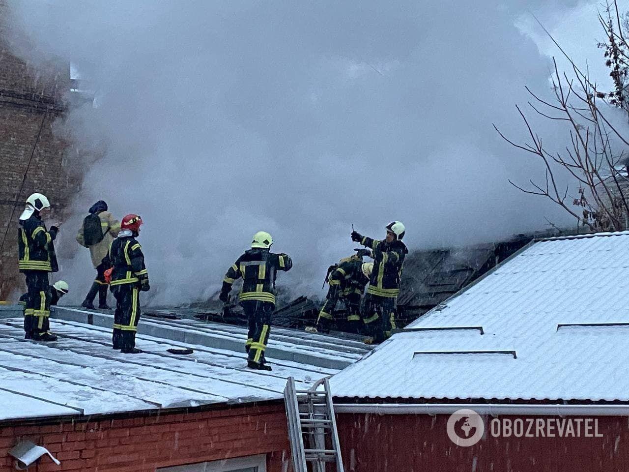 Возгорание произошло под крышей здания.