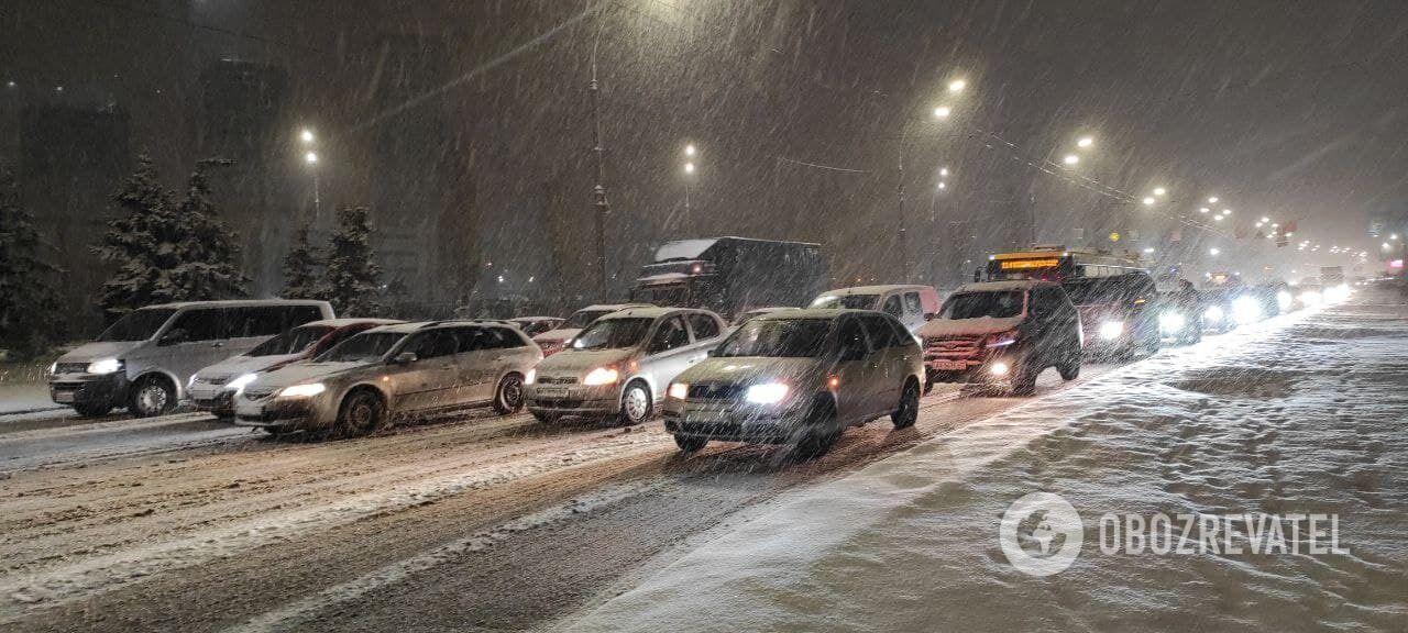 Небольшая пробка на пересечении проспектов Шухевича и Маяковского, а также бульвара Перова.