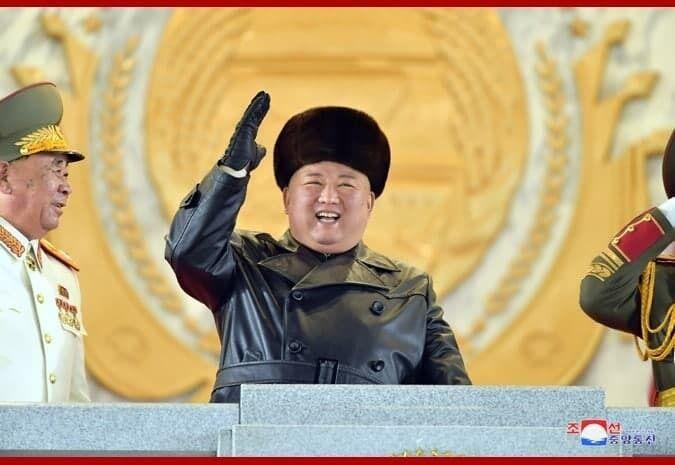 Ким Чен Ын принимает парад.