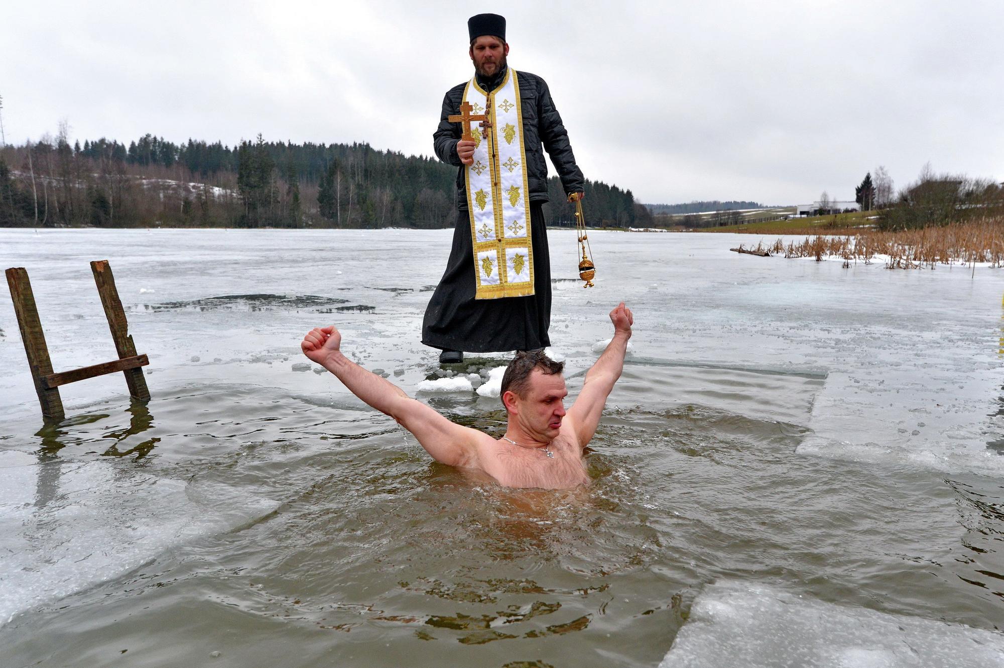 Одна из популярных традиций на Крещение – купание в проруби
