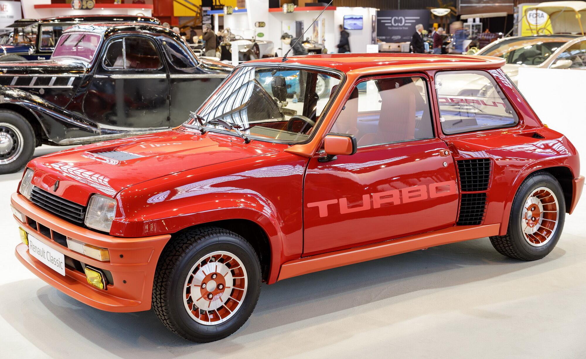 """Renault 5 Turbo был построен специально для участия в гонках, а его """"гражданская"""" версия выпускалась c 1980 по 1986 год"""