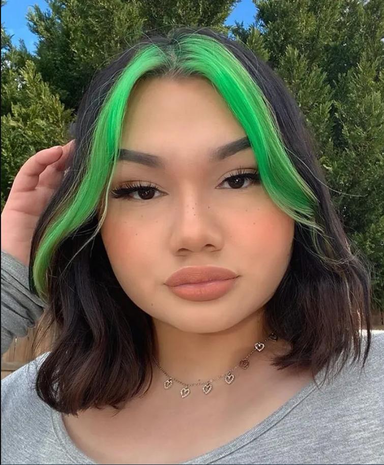 Цветные пряди у лица