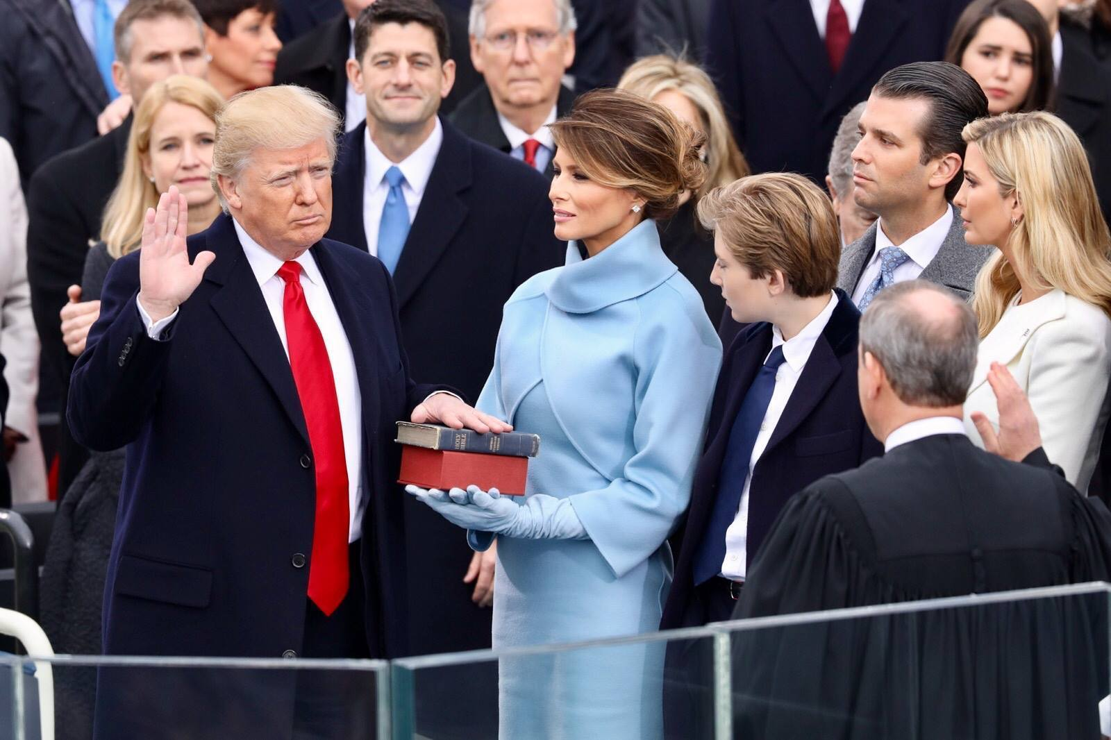 Дональд Трамп принимает присягу во время своей инаугурации