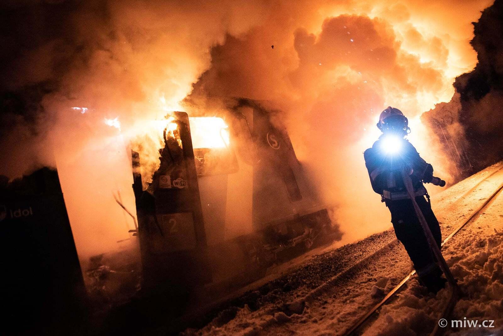 Пожар уничтожил два вагона
