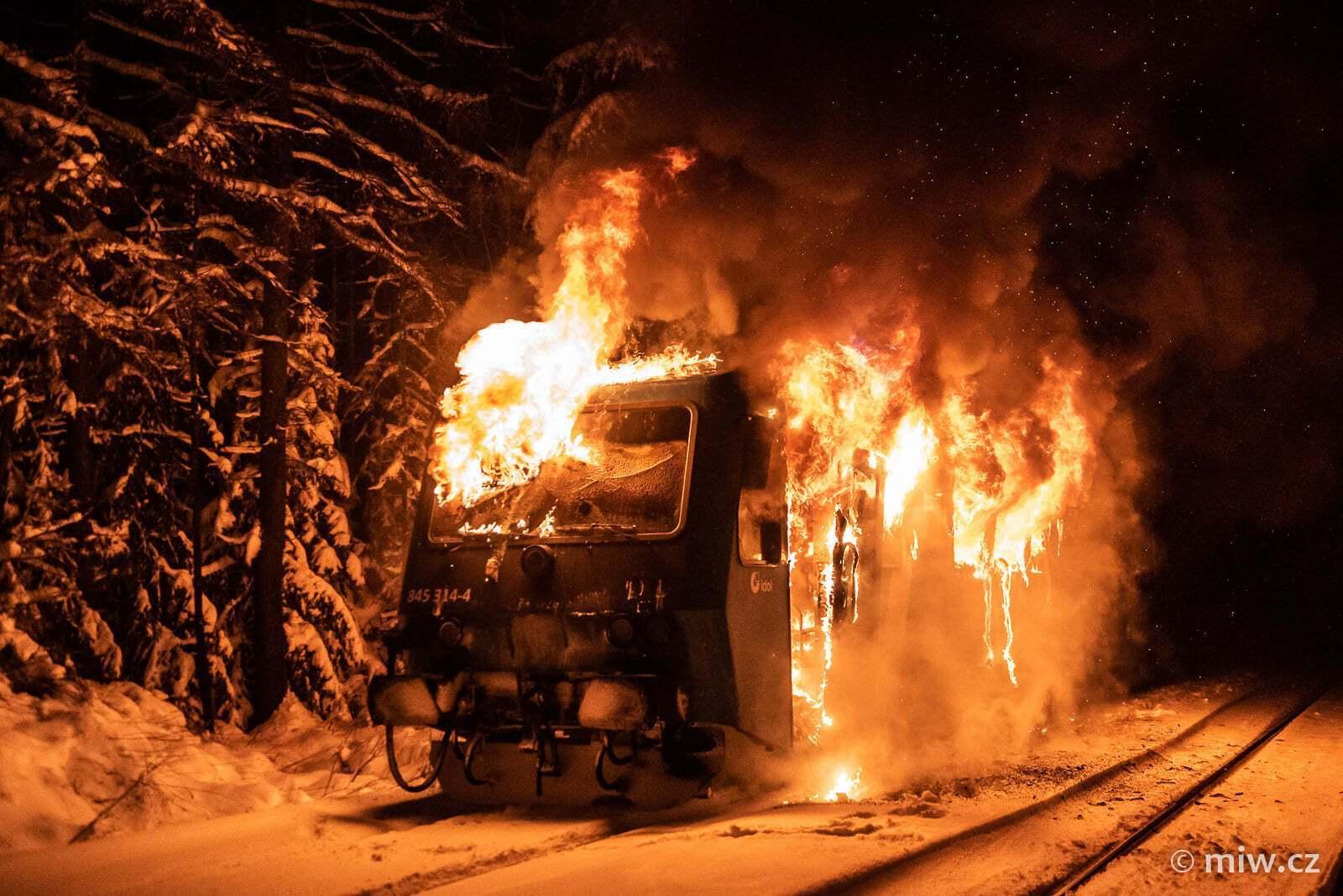 Вагон поезда в огне