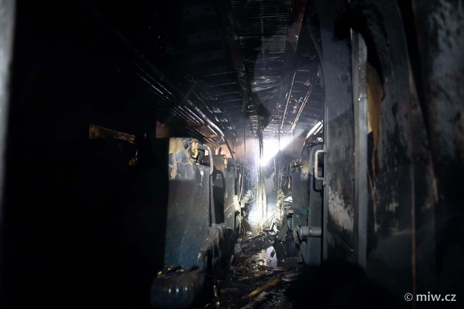 Внутри выгоревшего вагона