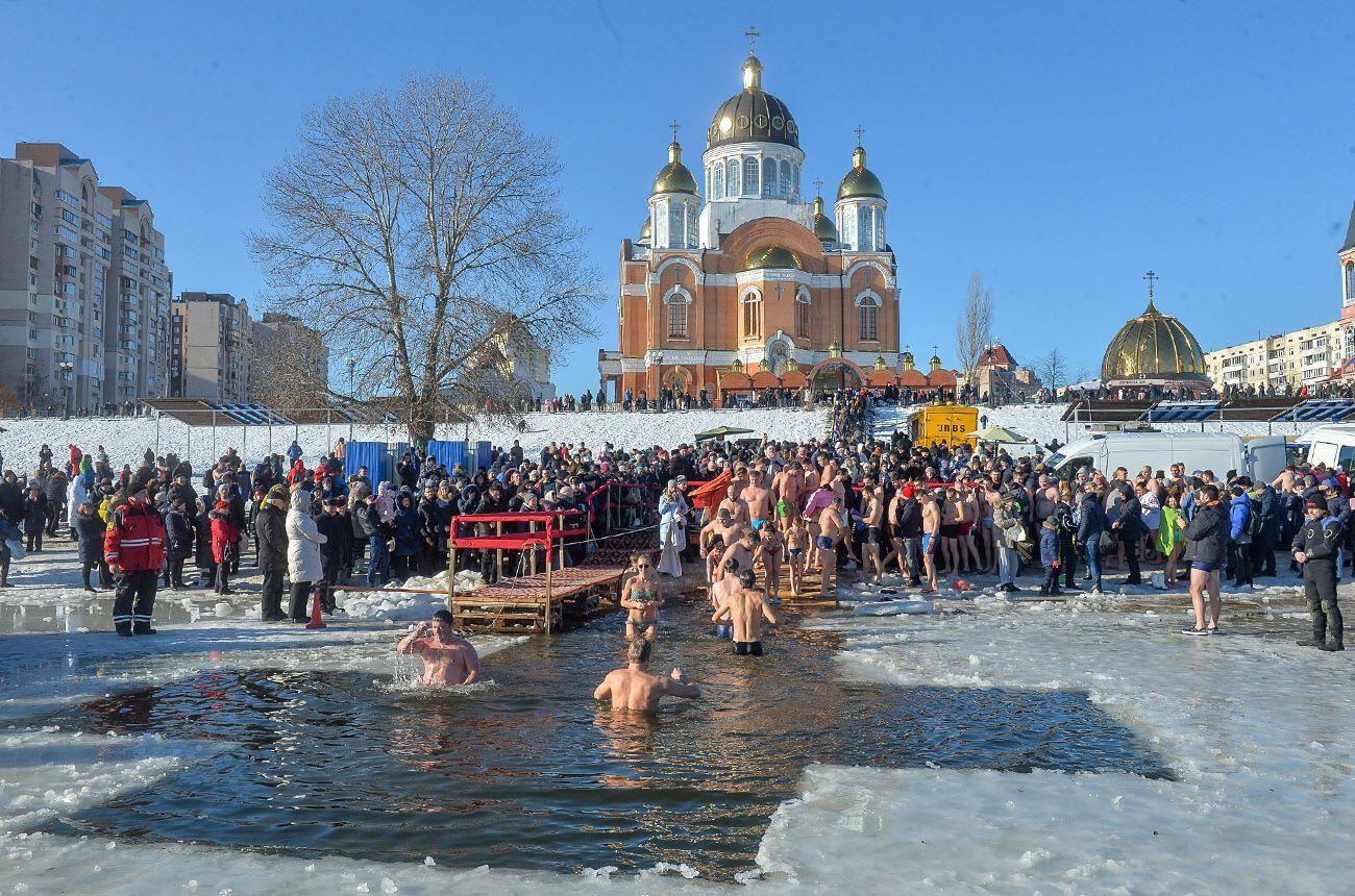 Водохресної води можна набрати в храмі або в освяченій водоймі