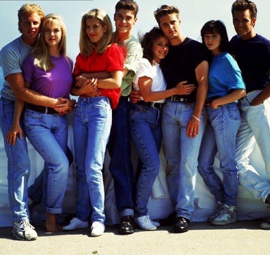 Главные героини часто надевали в джинсы mom и яркие свободные футболки на размер больше